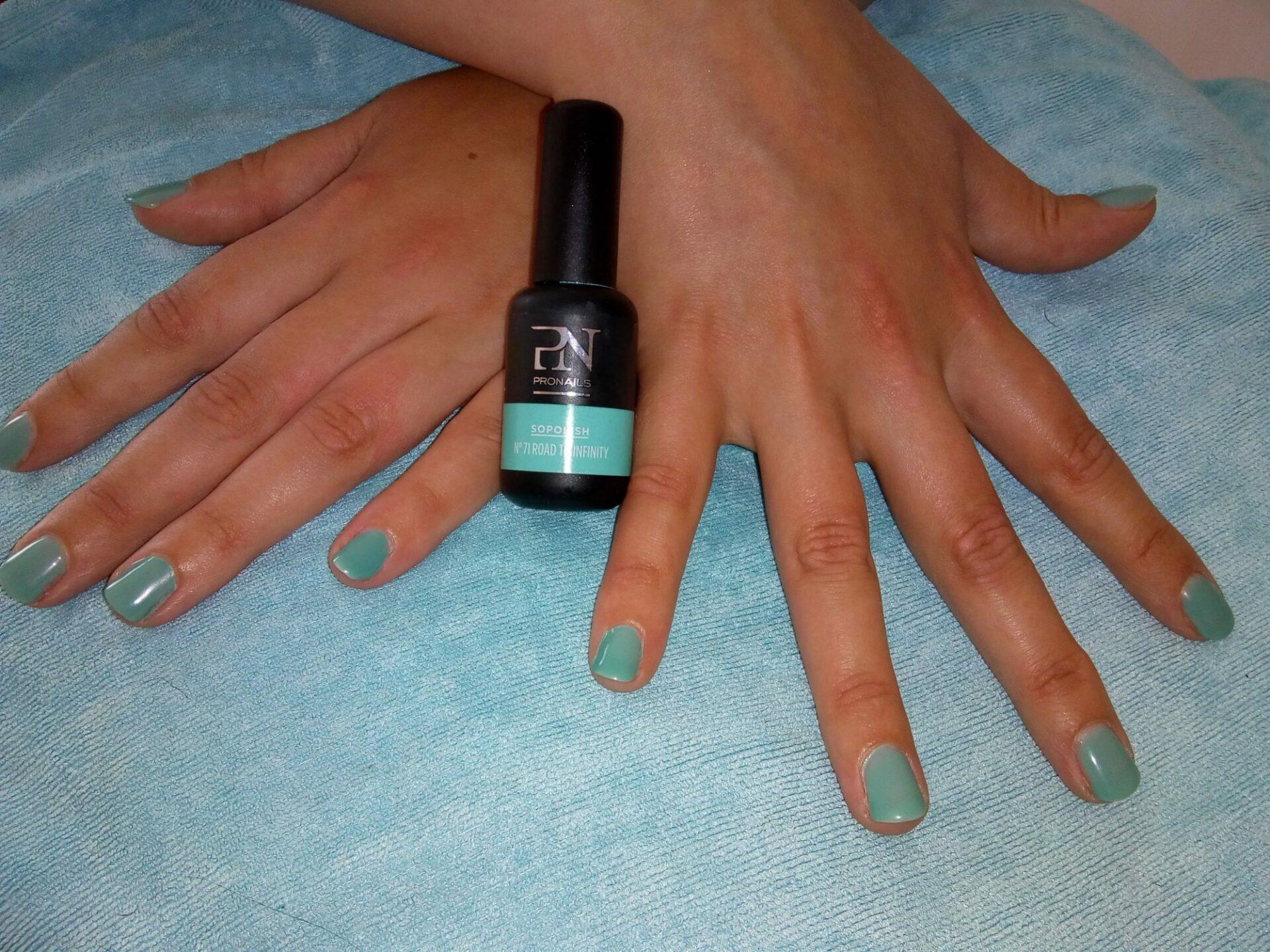 Soin des ongles : manucure bleue comme l'été