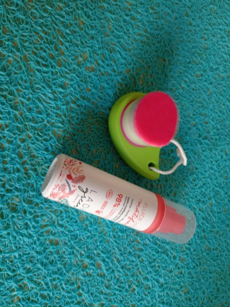 brosse ultra douce nettoie les pores de la peau en profondeur 15.95€ | Crème hydratante matifiante réequilibre à base de aloé vera moringa (anti -inflammatoire) et à la bonne odeur de pêche 17€